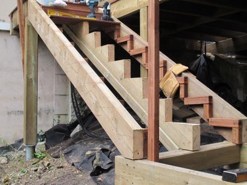 Terrasse sur pilotis avec escalier et jacuzzi - Construction des escaliers ...
