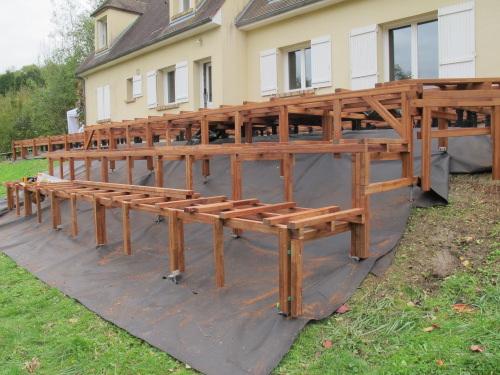 Grande terrasse en afrormosia avec gradins et chemin - Structure de terrasse en bois ...