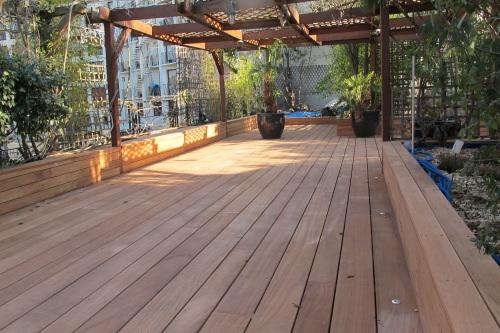 terrasse en bois gris e grisaillement. Black Bedroom Furniture Sets. Home Design Ideas