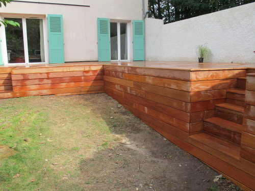 Terrasse en hauteur avec coffrage en bois tropical
