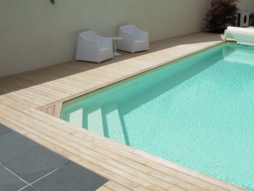 terrasse en teck autour d 39 une piscine. Black Bedroom Furniture Sets. Home Design Ideas