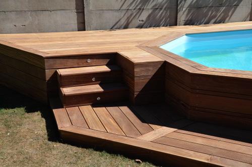 Terrasse en bois autour d 39 une piscine - Piscine hors sol avec escalier interieur ...