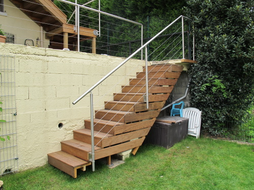 construction terrasse en bois sur pilotis avec escalier. Black Bedroom Furniture Sets. Home Design Ideas