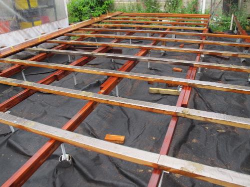 construction d 39 une terrasse en bois en hauteur sur sol b ton hourdis. Black Bedroom Furniture Sets. Home Design Ideas