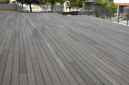 Grande terrasse en ip sur tanch it pour un erp for Peinture terrasse bois