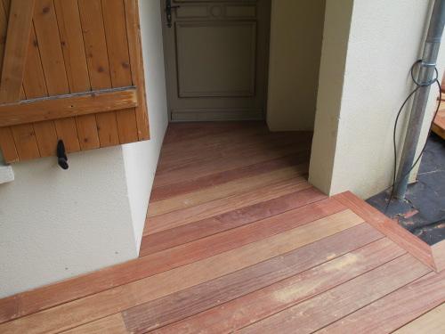 Terrasse en lattes de bois exotique - Porte terrasse ...