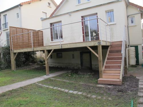 terrasse sur pilotis en bois tropical ou bois composite. Black Bedroom Furniture Sets. Home Design Ideas