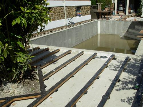 terrasse en teck autour d 39 une piscine. Black Bedroom Furniture Sets. Home Design Ideas
