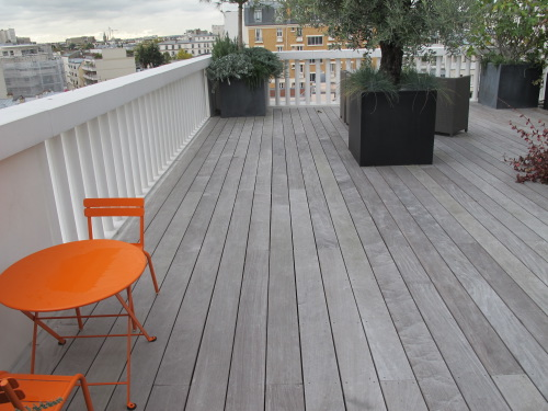 terrasse en bois gris e grisaillement. Black Bedroom Furniture Sets. Home Design Ideas