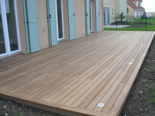 terrasse en afrormosia avec integration de spots LED