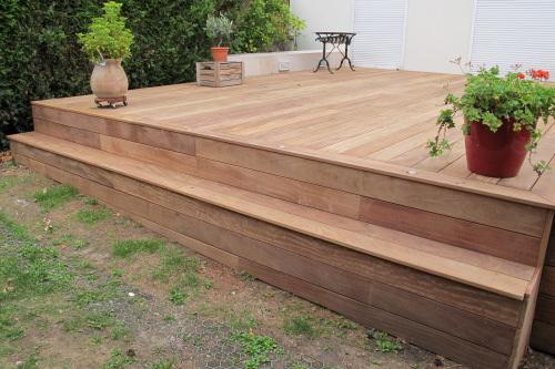 Construire une terrasse en bois avec une marche