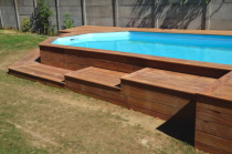 Deck de piscine ou terrasse en bois exotique autour d 39 une for Construire deck piscine
