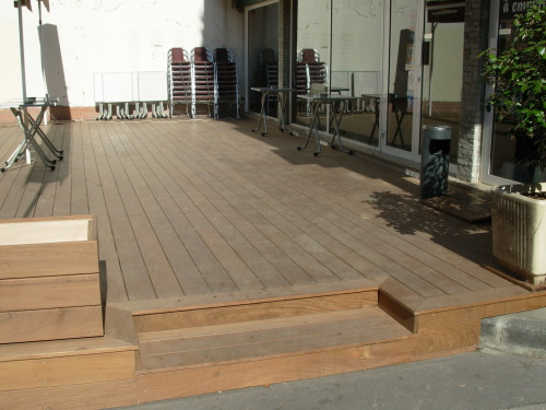 Terrasse de restaurant en bois exotique avec store